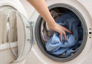 Phân loại và kiểm tra quần áo trước khi giặt