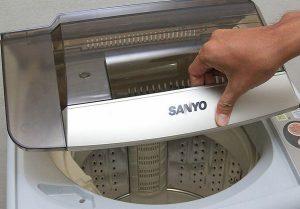 Không đóng kín cửa (nắp) máy giặt