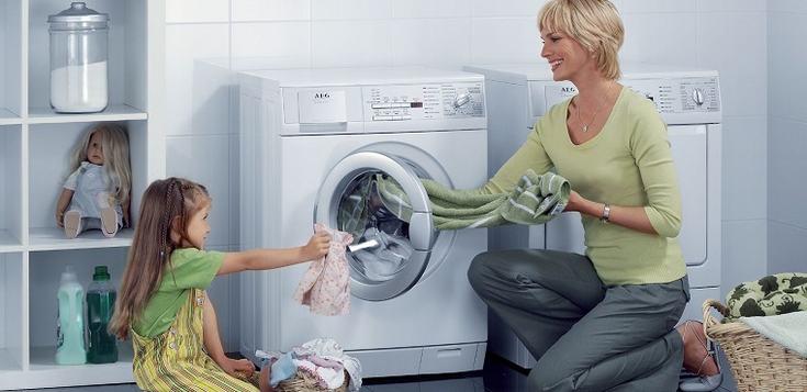 Thêm quần áo khi máy giặt cửa trước đang hoạt động có ảnh hưởng gì không?